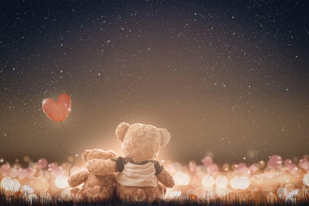 Zwei liebe Bären halten sich gegenseitig im Arm