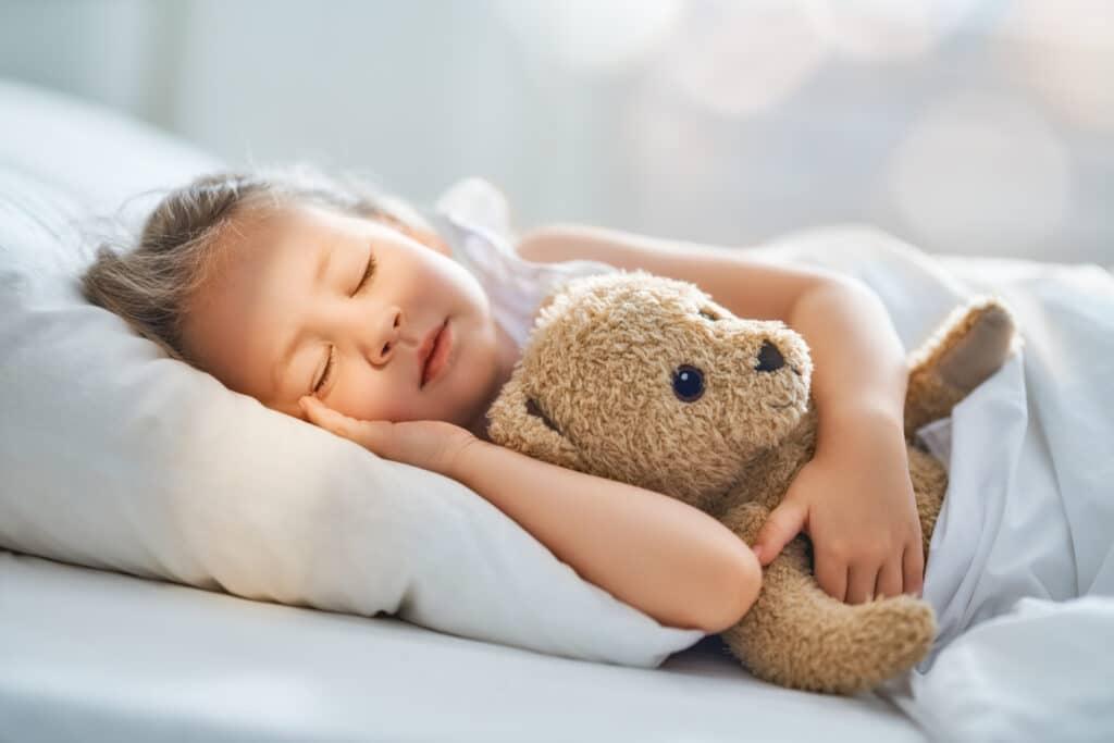 Mit einem Bär im Arm und einer Gute-Nacht-Geschichte schlafen Kinder gerne ein.